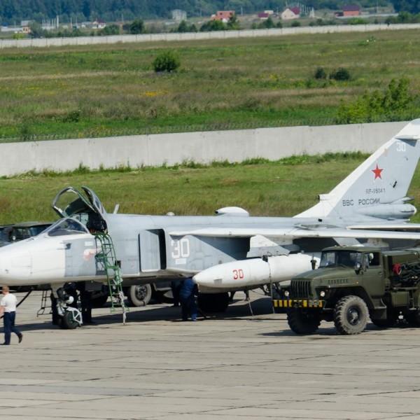 Су-24МР на стоянке.
