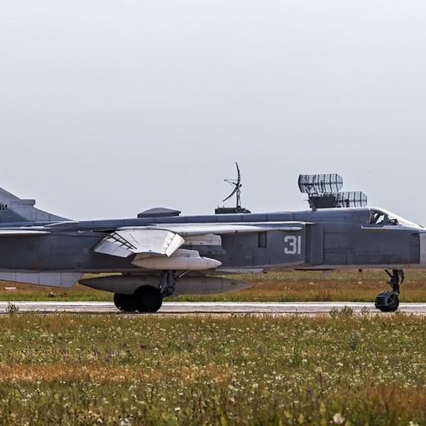 Су-24МР на рулежке.