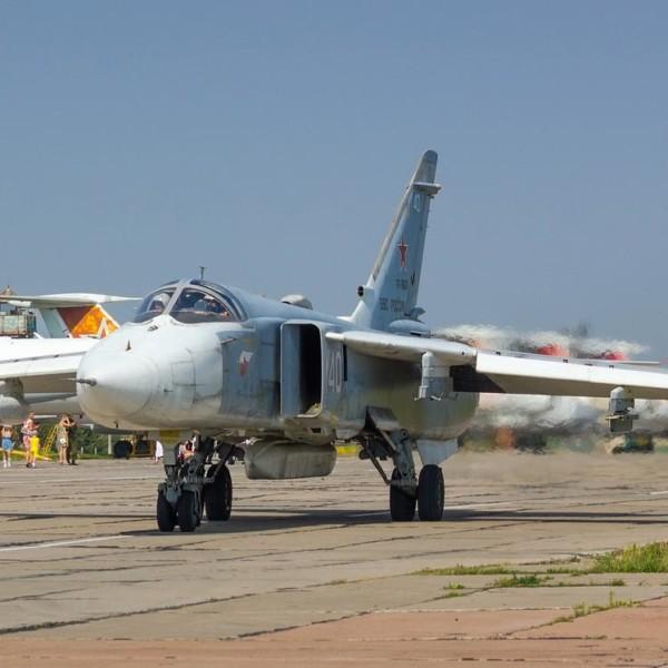 9.Су-24МР на рулежке.